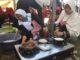 Peserta sedang memasak apam